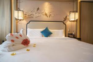 سرير أو أسرّة في غرفة في فندق قوانغتشو بايون