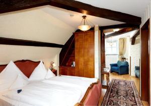 A bed or beds in a room at Schloßhotel Kurfürstliches Amtshaus Dauner Burg