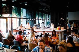 Ein Restaurant oder anderes Speiselokal in der Unterkunft Studio One Hotel