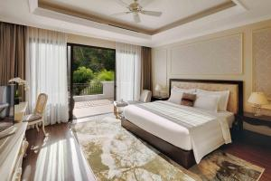 A bed or beds in a room at Vinpearl Discovery Sealink Nha Trang