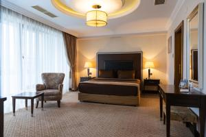 A television and/or entertainment center at Chinar Hotel & Spa Naftalan