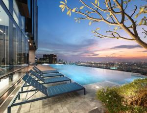 The swimming pool at or near The Quarter Ari by UHG