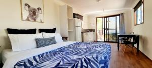 A bed or beds in a room at Mt Larcom Tourist Park