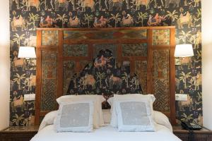 A bed or beds in a room at El Rey Moro Hotel Boutique