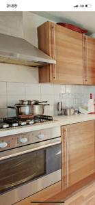 A kitchen or kitchenette at Stokey 2 Bed Flat