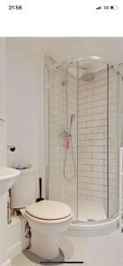 A bathroom at Stokey 2 Bed Flat