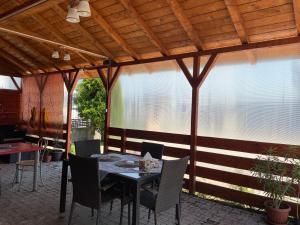 Un restaurant sau alt loc unde se poate mânca la Pensiunea exotic