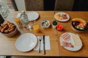 Breakfast options available to guests at Hotel Le Val-Fayt