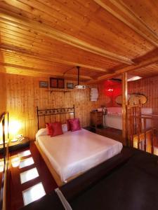 A bed or beds in a room at La Nueva Mansión