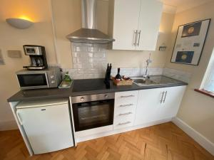 A kitchen or kitchenette at Vincent Lodge, 2 Bed 2 Bath Apartment Holiday Let