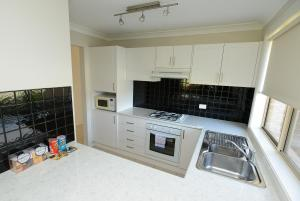 A kitchen or kitchenette at Cootamundra Heritage Motel & Apartments