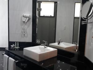A bathroom at Premier Parc Hotel