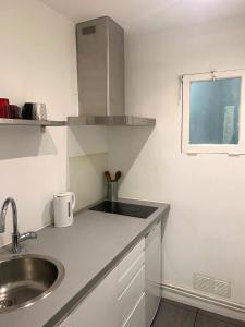 A kitchen or kitchenette at Le Paradis - Vieux Port