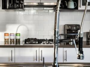 A kitchen or kitchenette at Retreat@ 34A