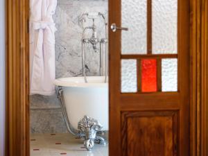 Ett badrum på Hotel Gloria de Sant Jaume