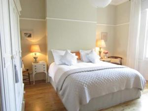 A bed or beds in a room at Crouch End Apartment