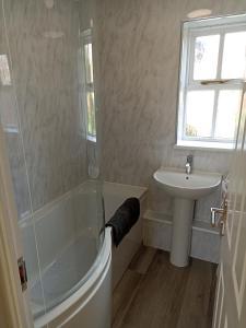 A bathroom at Grant Close