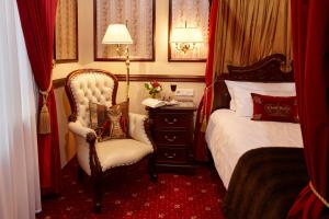 A bed or beds in a room at Hotel Villa Achenbach