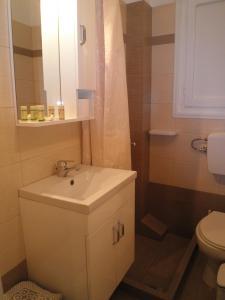 A bathroom at Babis