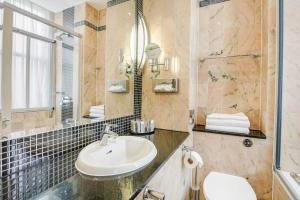 A bathroom at Langham Court Hotel