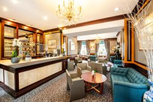 The lounge or bar area at Langham Court Hotel