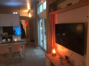 En tv och/eller ett underhållningssystem på Tallbacken Fritidsby