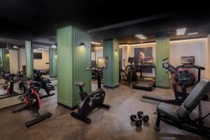 The fitness center and/or fitness facilities at The Queens Hotel