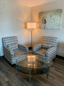A seating area at The Lonsdale Quay Hotel