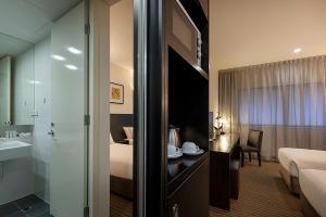 A bathroom at Causeway 353 Hotel