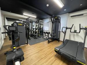 東邦ホテルゾンク博多にあるフィットネスセンターまたはフィットネス設備