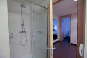 Un baño de Hotel Zenit Jardines de Uleta Suites
