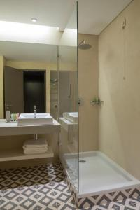 A bathroom at OZADI Tavira Hotel