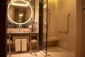 A bathroom at Crowne Plaza Guangzhou Huadu, an IHG Hotel