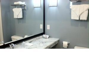 A bathroom at Starlight Inn
