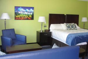A bed or beds in a room at Starlight Inn