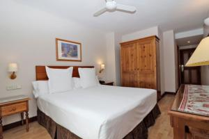 A bed or beds in a room at Hotel Vilagaros