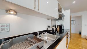 A kitchen or kitchenette at Spacious Serviced Apartments Canary Wharf