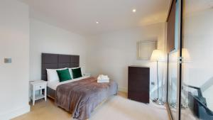 A bed or beds in a room at Spacious Serviced Apartments Canary Wharf