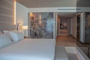 A bed or beds in a room at EPIC SANA Marquês Hotel