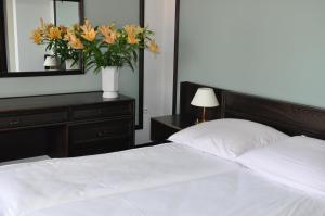 """Łóżko lub łóżka w pokoju w obiekcie Hotel """"Zajazd Napoleoński"""""""