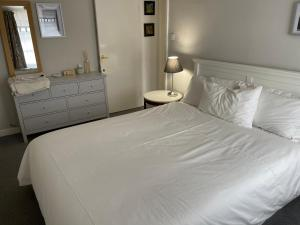 A bed or beds in a room at Courtyard Garden Flat