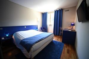 A bed or beds in a room at Hotel Du Lac