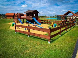 Plac zabaw dla dzieci w obiekcie Hotel Wellness & SPA Antyczny Dwór