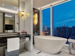 A bathroom at Sofitel Guangzhou Sunrich