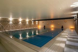 Der Swimmingpool an oder in der Nähe von Aqualux Wellness- & Tagungshotel