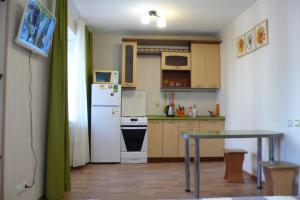 Кухня или мини-кухня в Apartment On Uchebnaya 7
