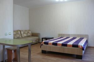 Кровать или кровати в номере Apartment On Uchebnaya 7