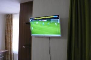 Телевизор и/или развлекательный центр в Apartment On Uchebnaya 7