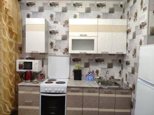 Кухня или мини-кухня в Apartament On Olimpiyskaya 85