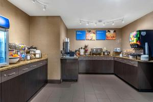 A restaurant or other place to eat at Comfort Inn Troutdale-Portland East